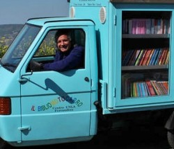 Ο δάσκαλος που γυρνά την Ιταλία με τη βιβλιοθηκη του